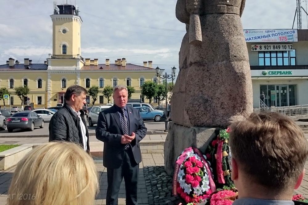 Юрий Паламарчук и  Юнус Хаутиев: возложение венка к  монументу, Гатчина, 19.08.20916
