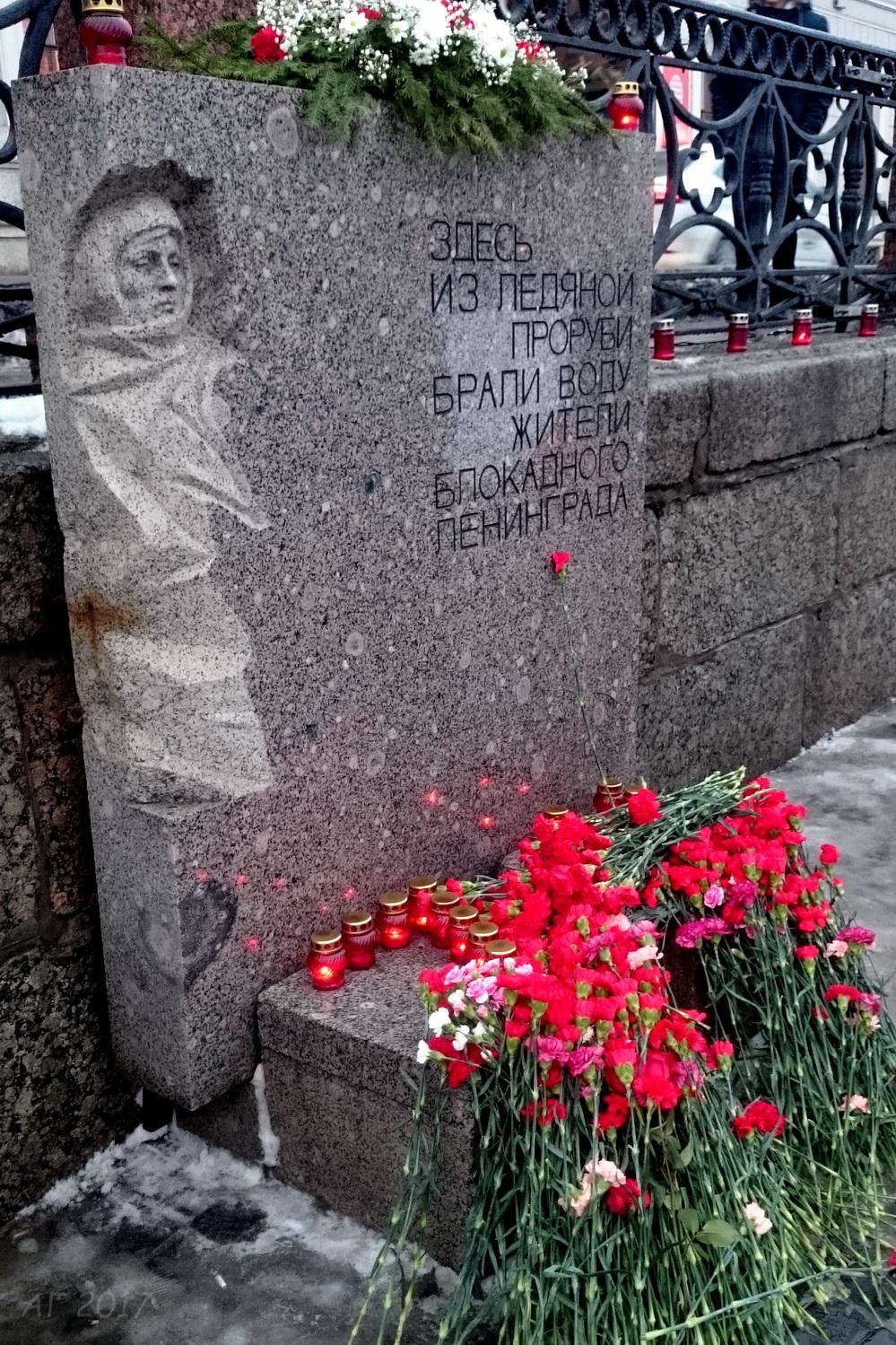 DSC_7595 возложение цветов к пам. ледяной проруби, 19.01.2017 (2)_м