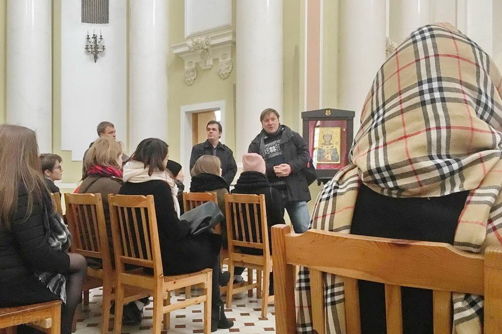 Доцент А.В. Гайдуков проводит для студентов РГПУ им. А.И. Герцена экскурсию в католической базилике св. Екатерины, 12.10.2016