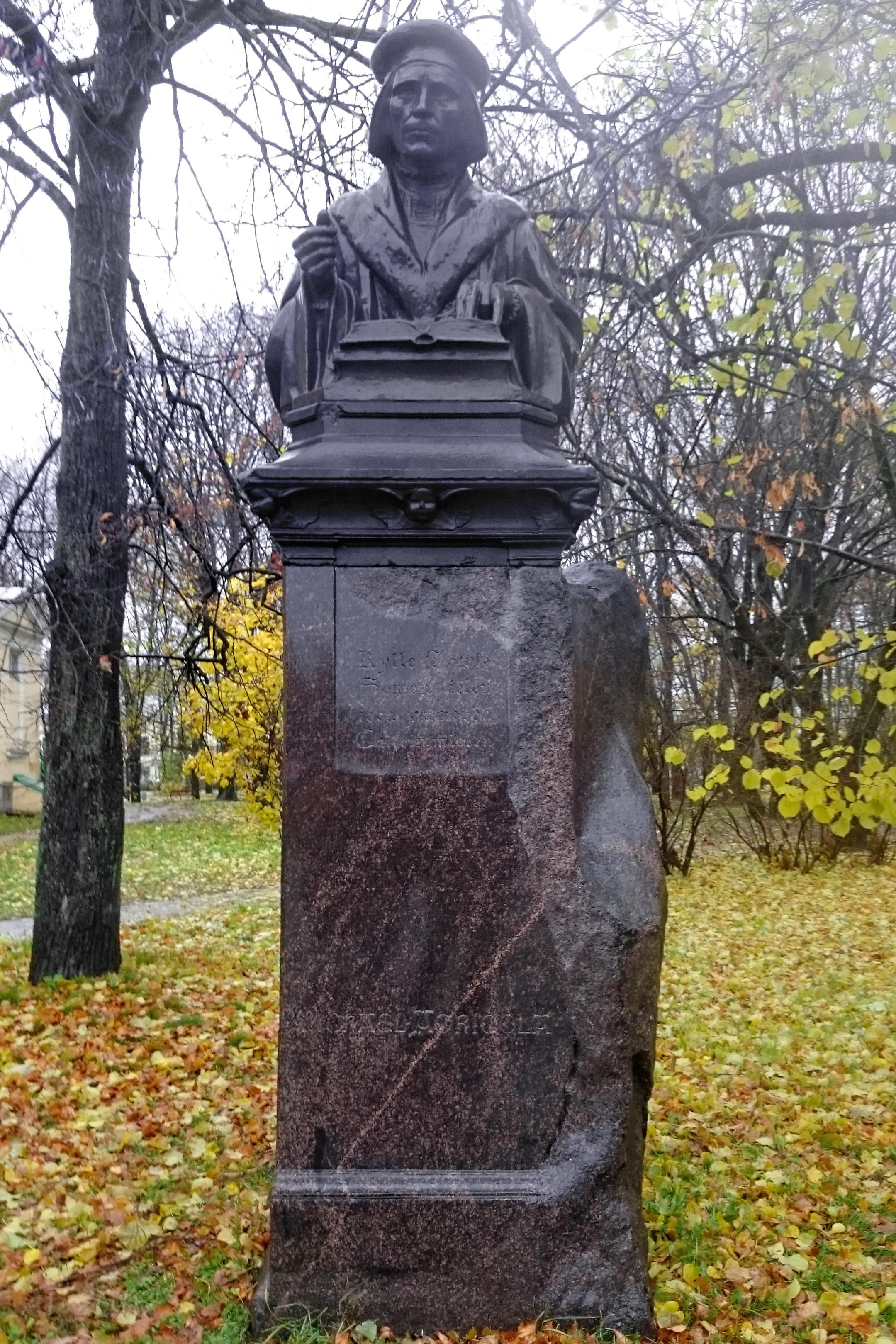Памятник Микаэлю Агриколе, Лютеранский Собор Святых Петра и Павла, Выборг, 28.10.2016