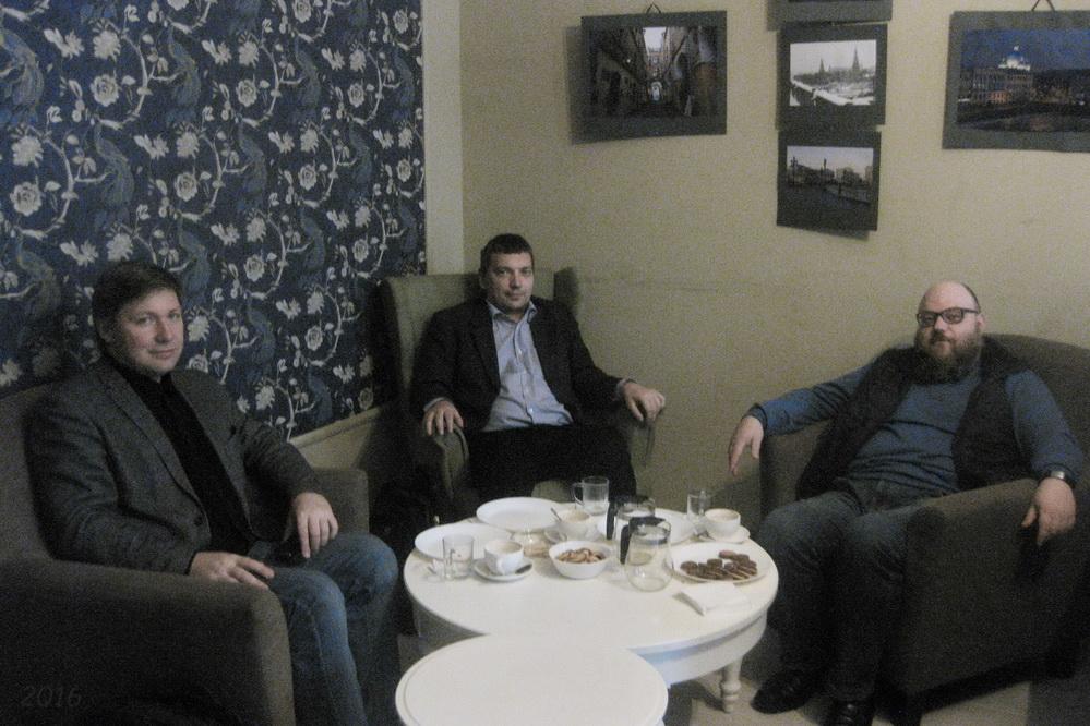 Эксперты А.В. Гайдуков,  С.А. Пищулин и В.А. Носов  обсуждают итоги первого круглого стола, 04.10.2016