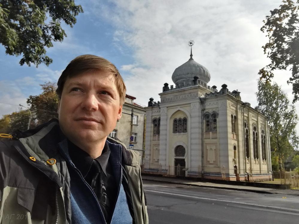 А.В. Гайдуков у караимской кенассы, Вильнюс, 29.09.2019