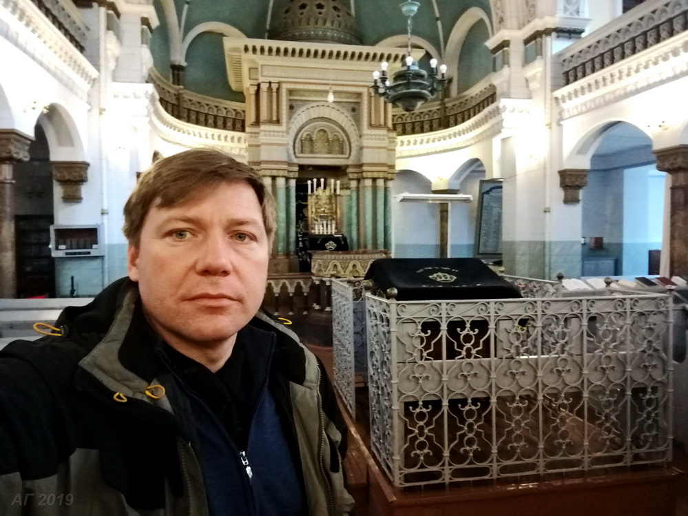 А.В. Гайдуков у бимы в Хоральной синагоге Вильнюса, 29.09.2019