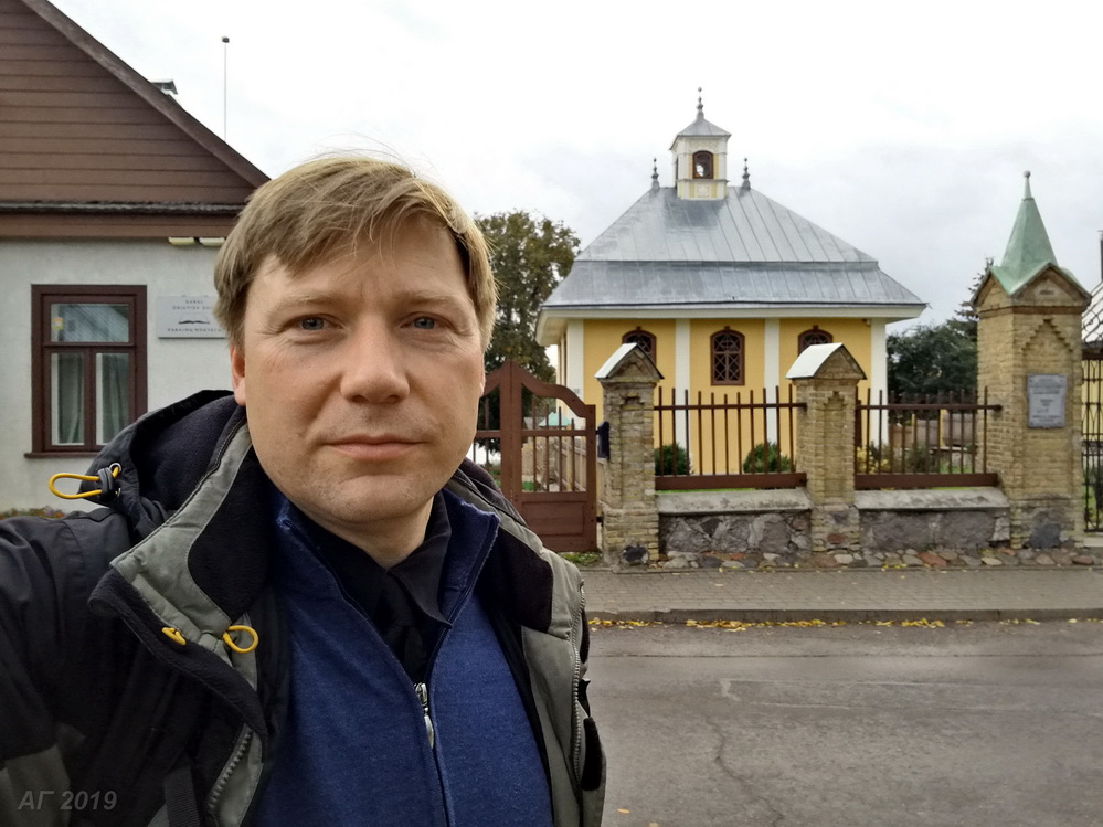 А.В. Гайдуков у караимской кенассы в Тракае, 29.09.2019