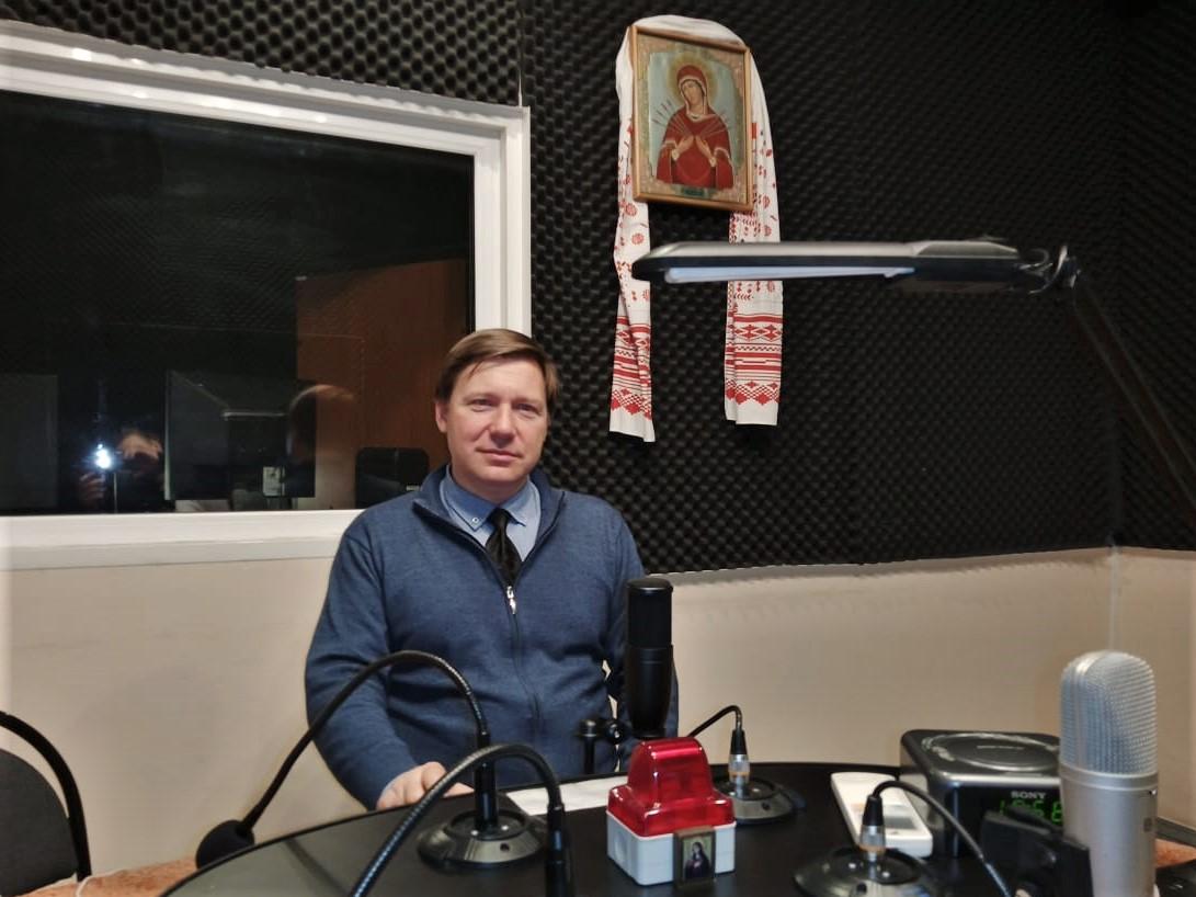 Президент Ассоциации «Этна» А.В. Гайдуков на записи передачи Андрея Локиева «Не выпасть из бытия» в студии радио «Мария», 28.10.2020