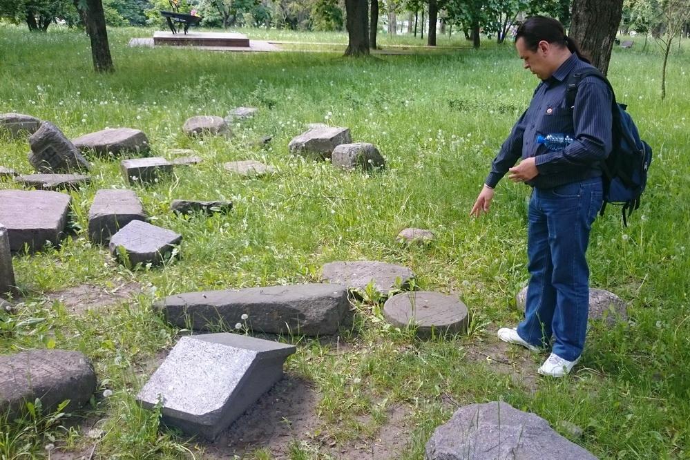 Надгробные плиты возле Мемориала в память о немецких евреях, депортированных в Беларусь и уничтоженных в Минском гетто, Минск, 28.05.2016