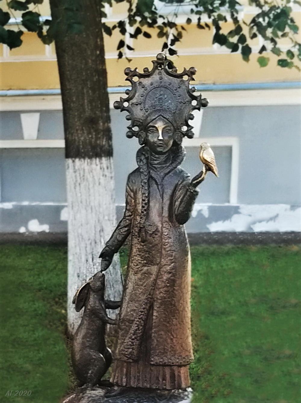 Памятник Снегурочке. Ей надо потереть нос и птичку в руке. Кострома, 02.08.2020