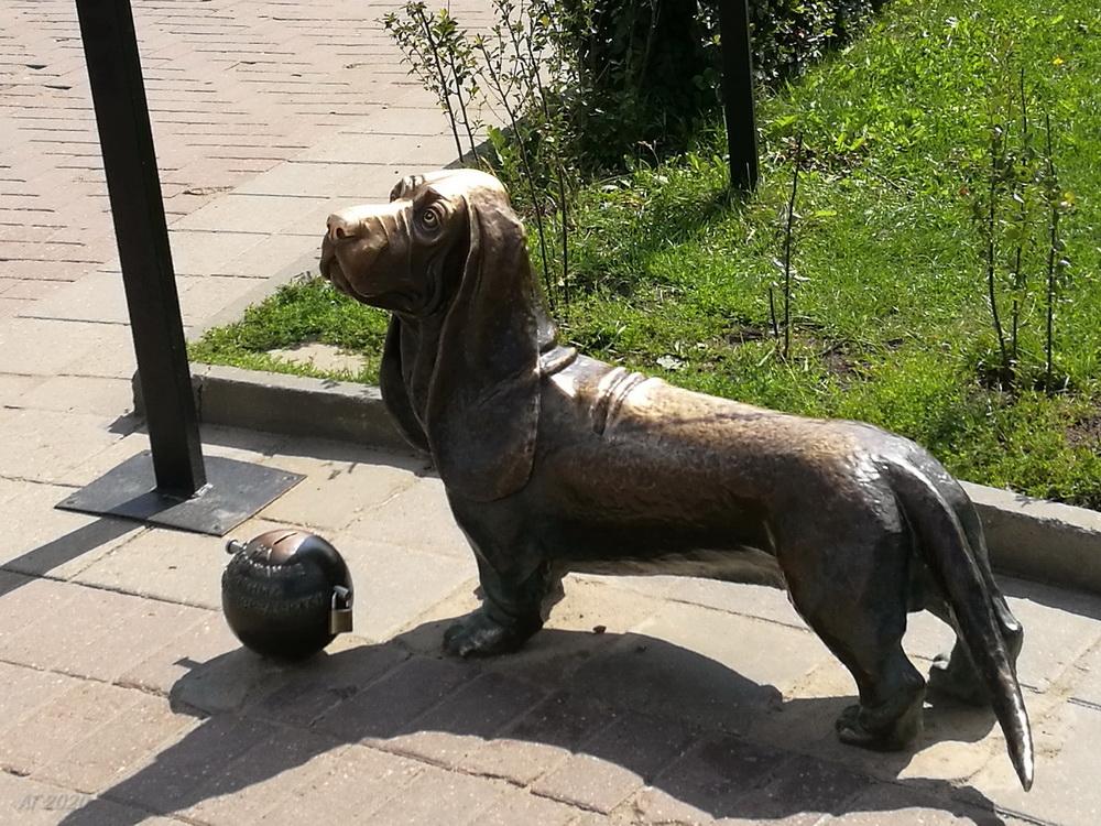 Памятник пожарной собаке Бобке. Надо потереть нос. Кострома, 02.08.2020