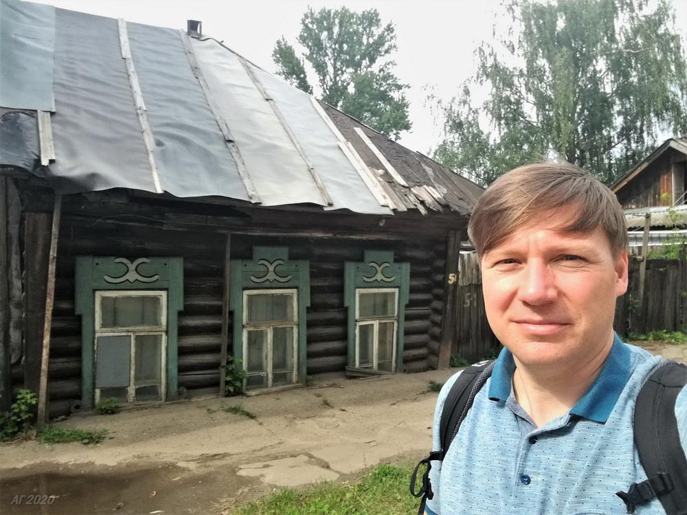 А. Гайдуков и дом, вросший в землю. Кострома, 02.08.2020