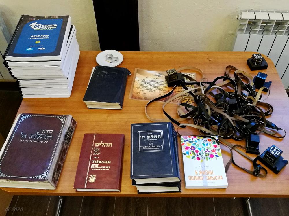 КНиги и тфилин. Костромская синагога, Кострома, 02.08.2020