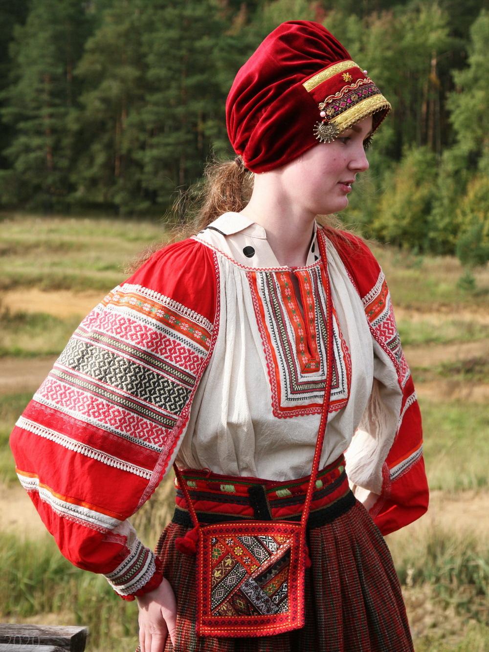 Фото из ВК: Студентка в наряде на народных гуляниях Славянский спас, 20.09.2020